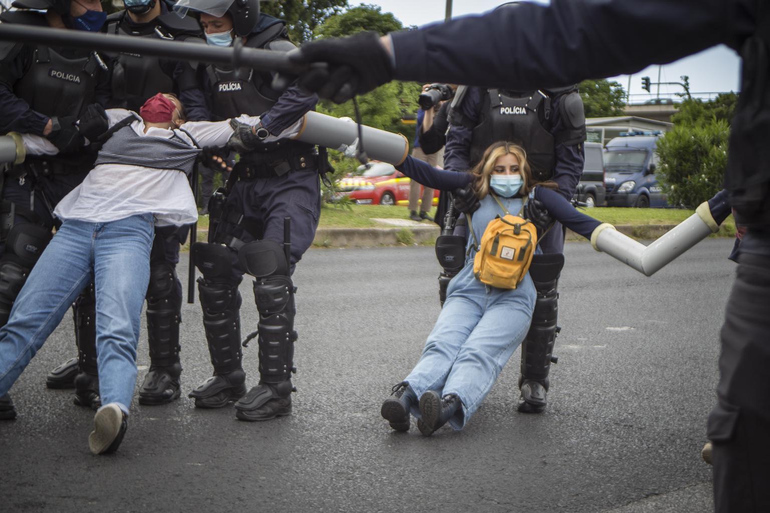 Coletivos feministas juntam-se a Climáximo e ativistas detidas em queixa-crime por revistas abusivas da PSP